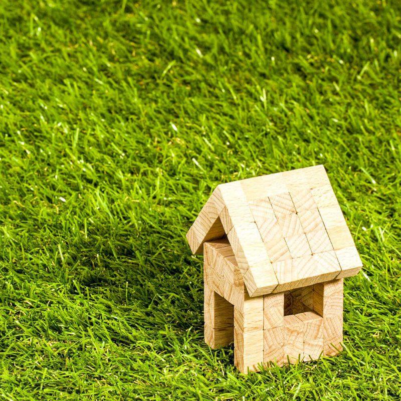 家の模型と芝生
